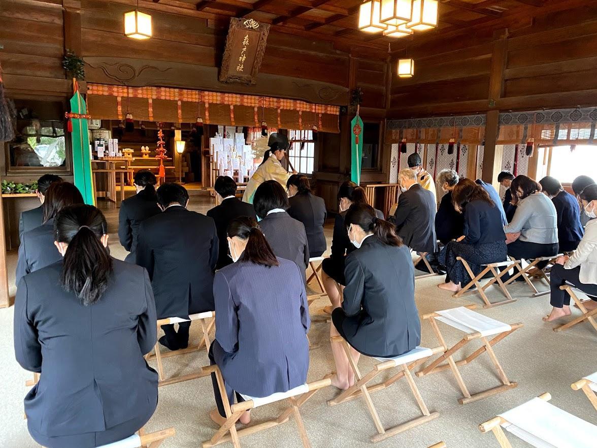 葉山「森戸大明神」本殿で「マーロウ」の役員、新入社員らが祈祷を受ける