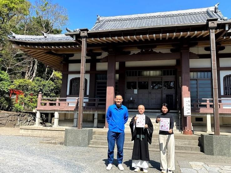 会場となる「玉蔵院」本殿前で。(左から)holidayの堀出隼さん、本多法仁副住職、運営スタッフの小島直子さん