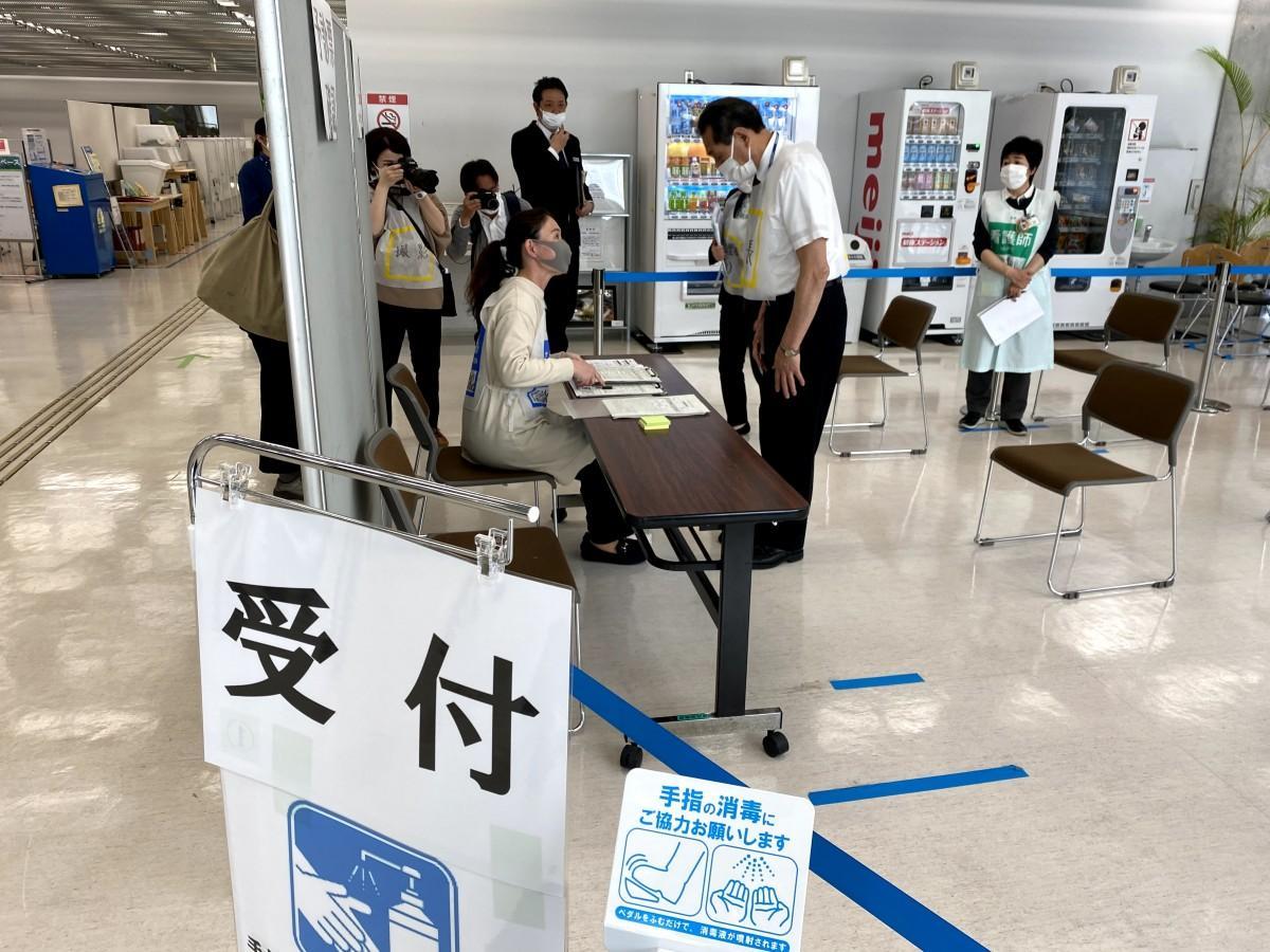 桐ケ谷覚逗子市長も接種者役として参加、1階で予診票の確認