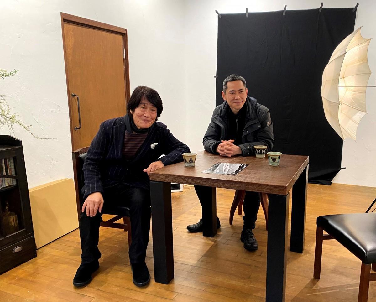 (左から)森山大道さん、西村陽一郎さん。逗子の田越川沿いにある「zushi art gallery」で