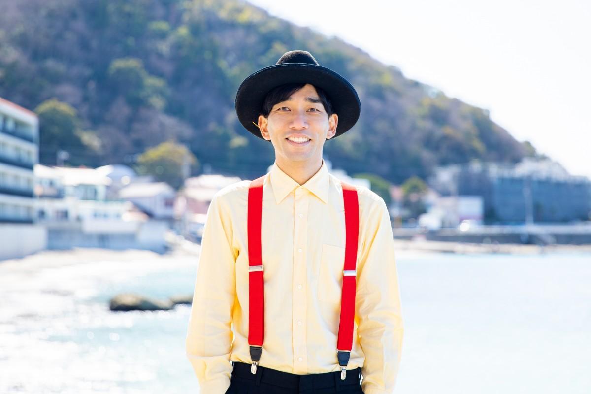 D.W.ニコルズのボーカル、わたなべだいすけさん、葉山の海岸で(提供=わたなべだいすけさん)
