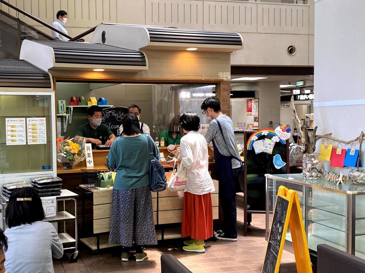 売店「青い鳥」に買い物に来た市民