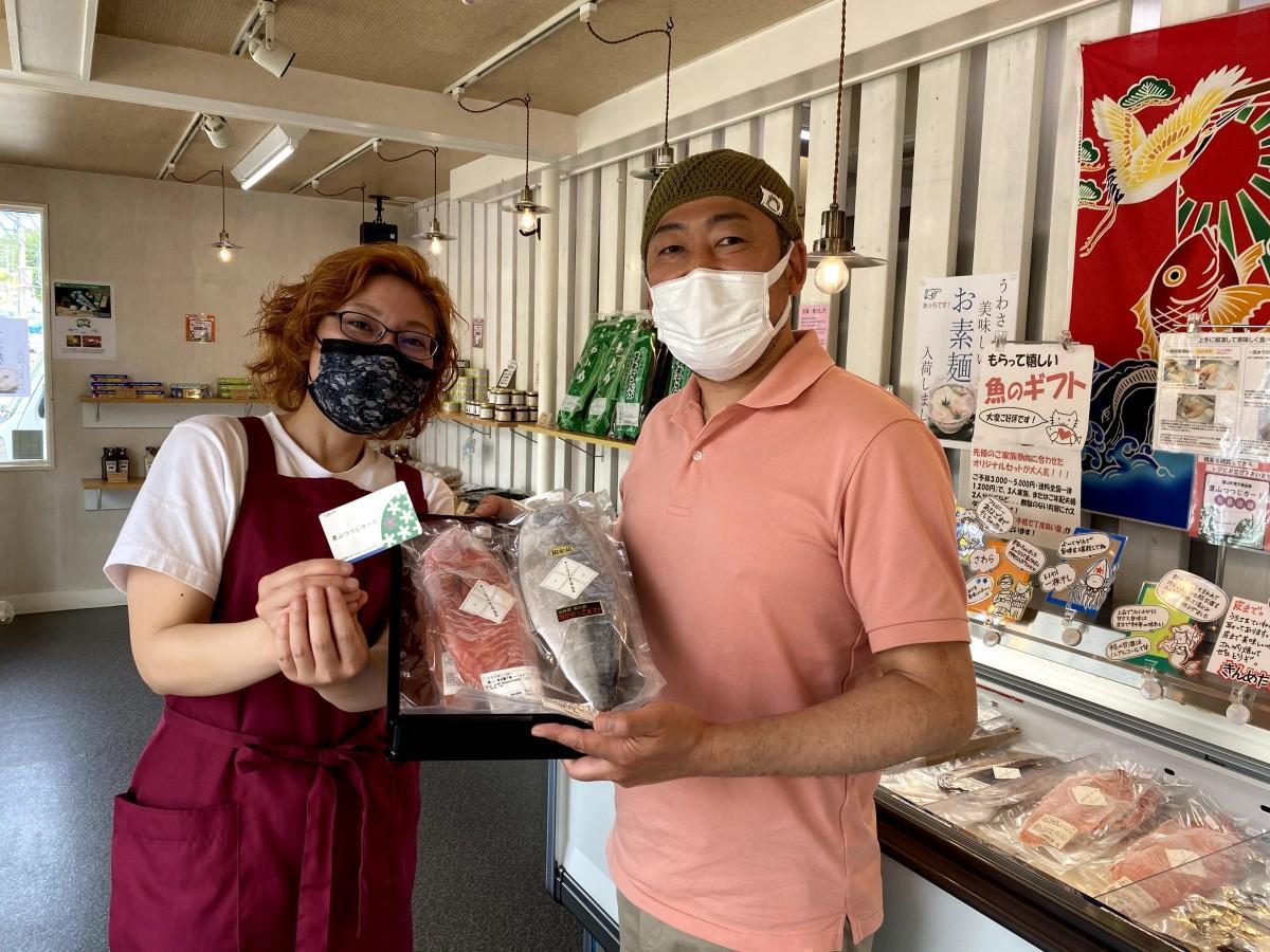 「葉山つつじカード」での買い物に対応する「佐々木良太郎商店」の佐々木夫妻