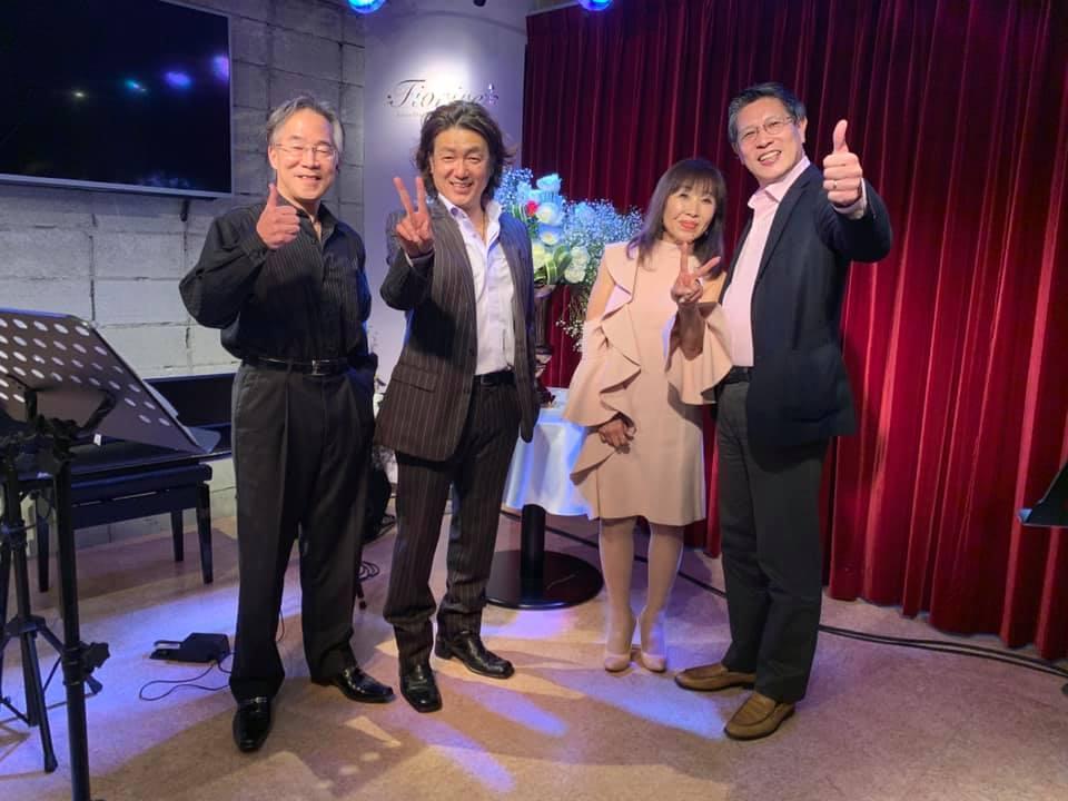 (左から)バイオリン奏者の大町滋さん、シンガーソングライターのマスカレード藤田さん、フラワーアーティストの永井和實さん、作曲家でピアニストの徳永洋明さん(提供=徳永洋明さん)