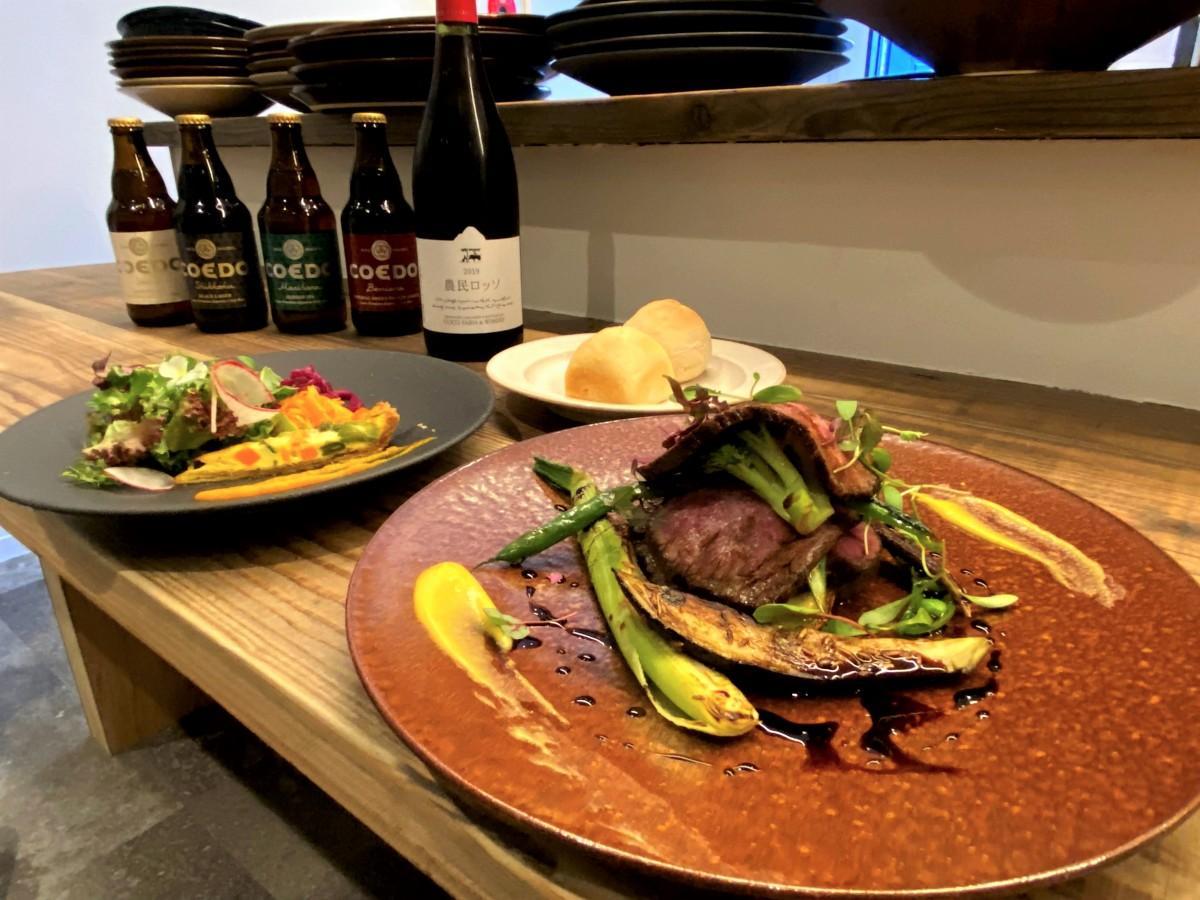 (手前から)足利マール牛 ローストビーフ、前菜、自家製パン、足利ココファームワイナリー「農民ロッソ」、埼玉県の「COEDOビール」