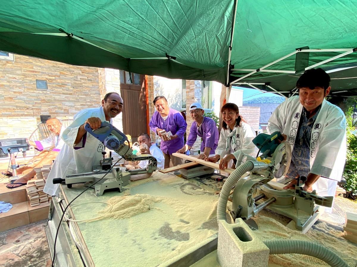 杉板を切る作業からお守り制作を始める「葉山童遊會」のメンバー