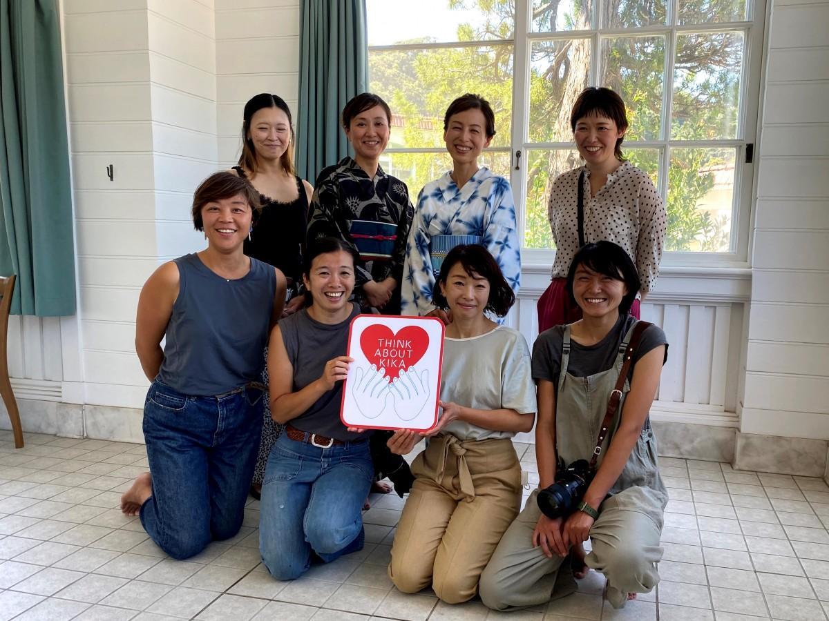 撮影会を企画した石川麻奈美さん(前列左から2番目)、菊池友紀子さん(後列右から2番目)、賛同メンバー