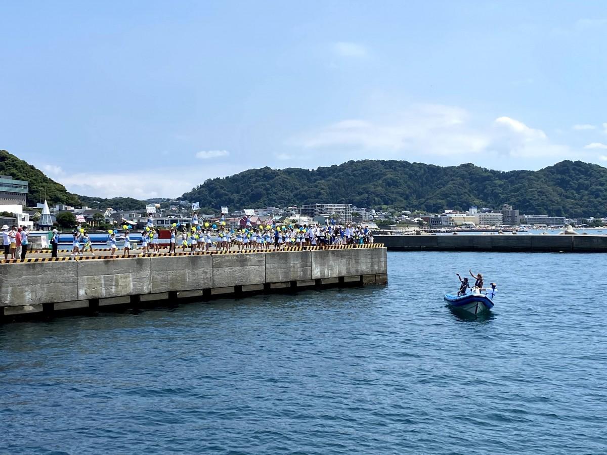 葉山新港から江の島のオリンピック会場に向かう英国セーリングチームに声援を送る子どもたち
