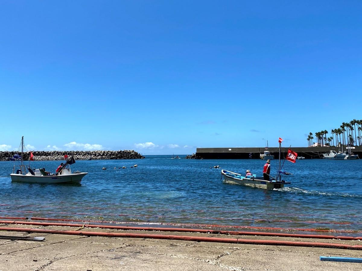東京五輪セーリング競技警備のため江の島沖に向け出発する小坪の漁船