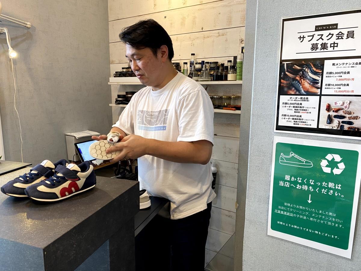 引き取った靴をクリーニングする店長で靴磨き職人の渡辺力さん