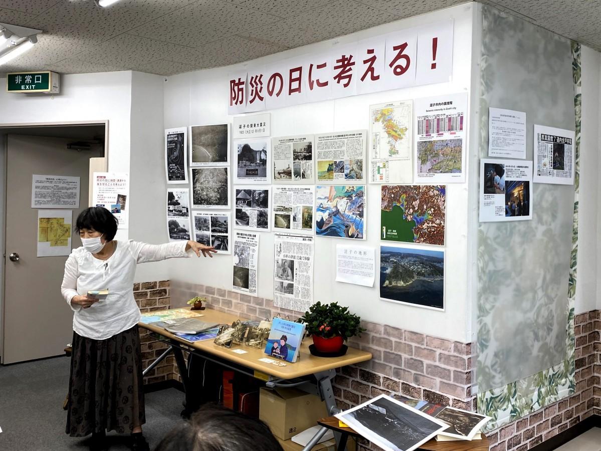 防災の日に地震について研究・調査の話をする「ジオ神奈川」の蟹江由紀さん