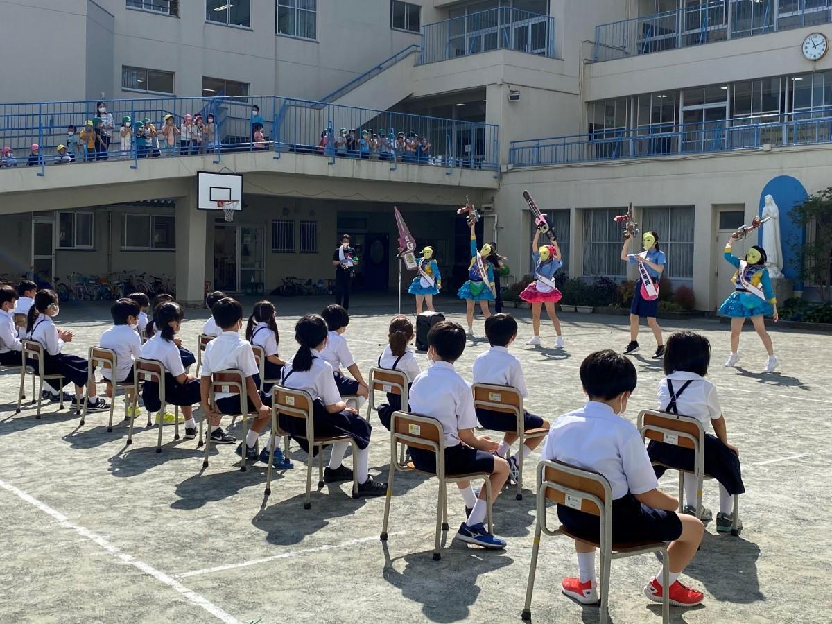 逗子の小学校でアイドルグループ「仮面女子」が「子ども安全スクール」
